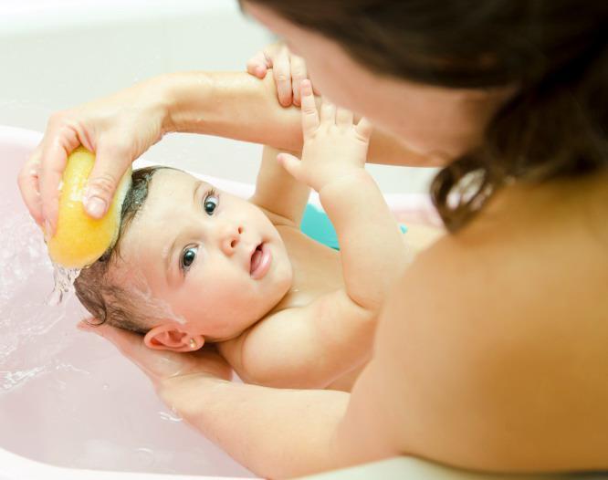 Manfaat dan Fakta Memandikan Bayi yang Perlu Moms Tahu